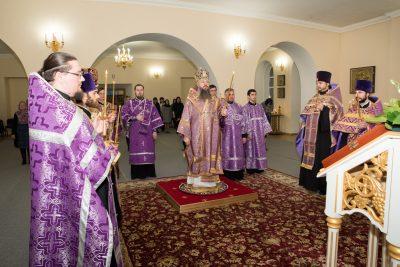 Митрополит Серафим совершил великое повечерие и полиелейную утреню в Воскресенском храме при епархиальном управлении