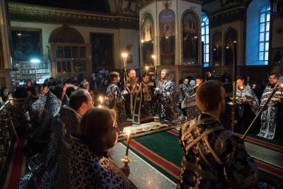 Митрополит Серафим совершил чин пассии в Успенском кафедральном соборе