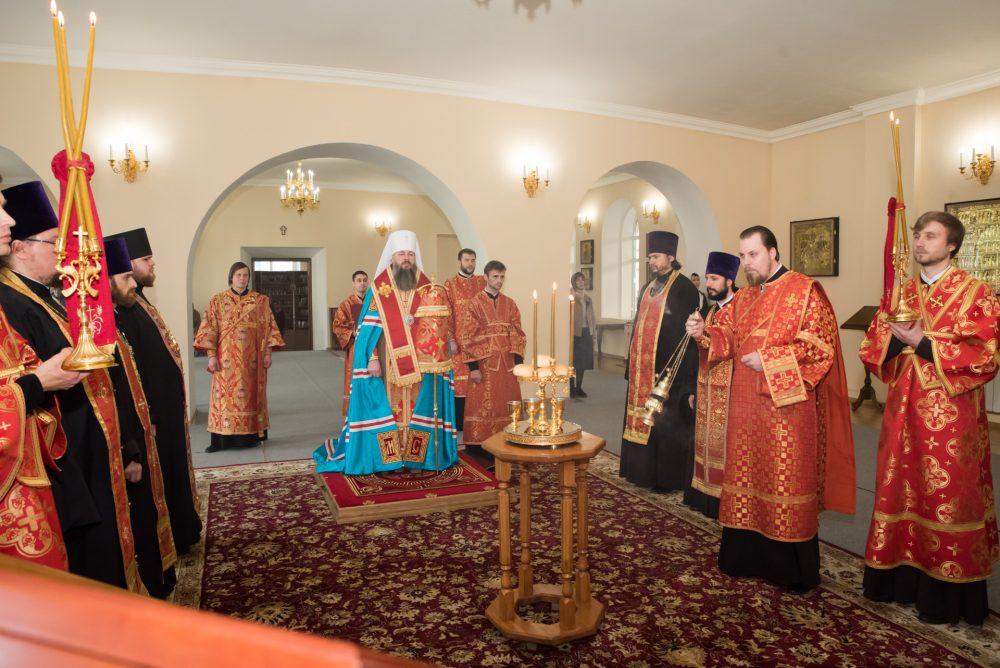В канун дня памяти святителя Николая Чудотворца митрополит Серафим совершил всенощное бдение в Воскресенском храме при епархиальном управлении