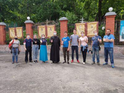 Активисты Союза православной молодежи оказали помощь в уборке заброшенных могил на территории Успенского собора