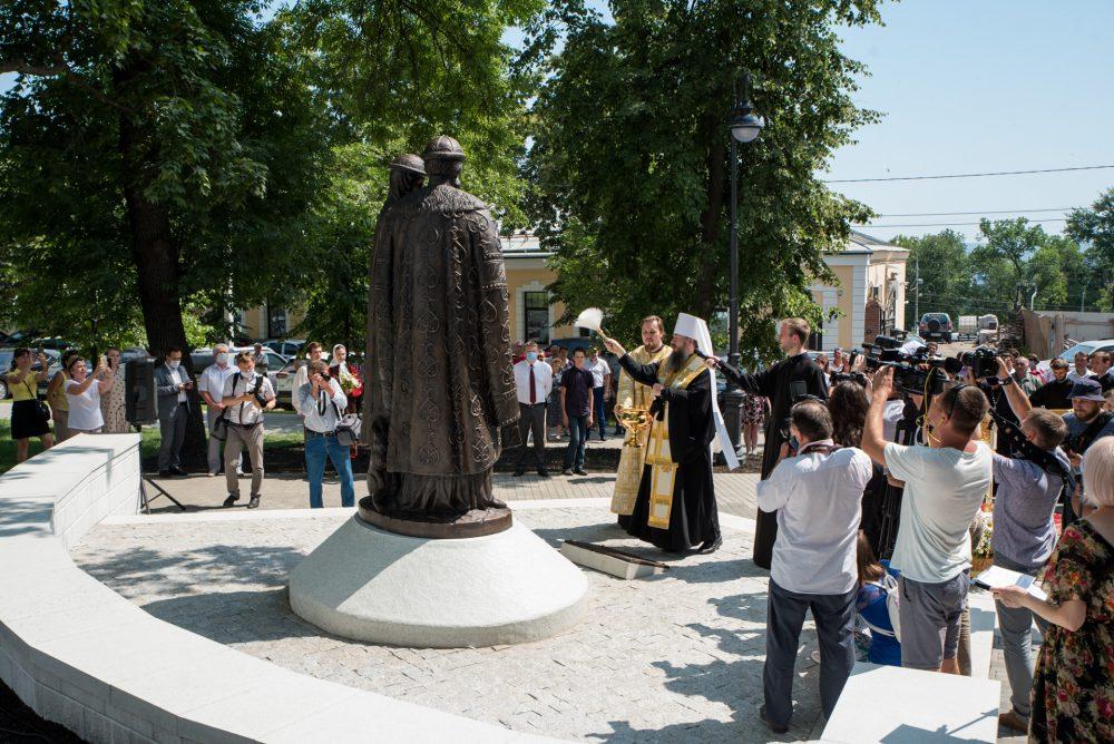 У Спасского кафедрального собора торжественно открыли памятник святым Петру и Февронии