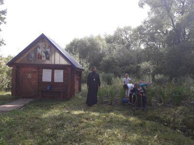 Воспитанники воскресной школы привели в порядок территорию у святого источника в честь святителя Николая Чудотворца
