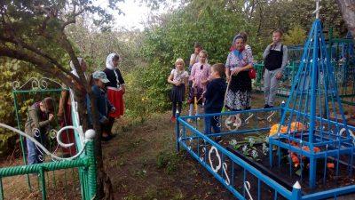 Православная молодежь привела в порядок заброшенные могилы на кладбище возле Казанско-Богородицкого мужского монастыря