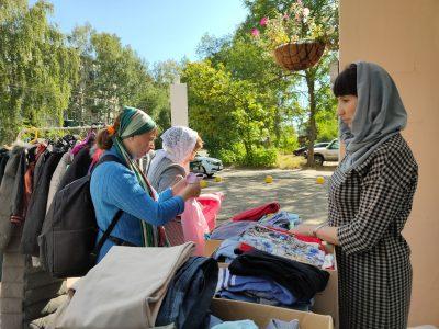 На территории храма Петра и Февронии состоялась бесплатная раздача одежды нуждающимся