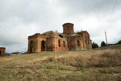 Митрополит Серафим совершил Литургию в Троицкой церкви села Максимовка