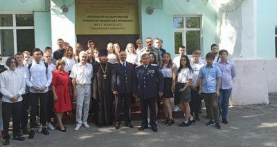 Священник Виктор Сторожев поздравил учащихся вуза и школы с Днем знаний
