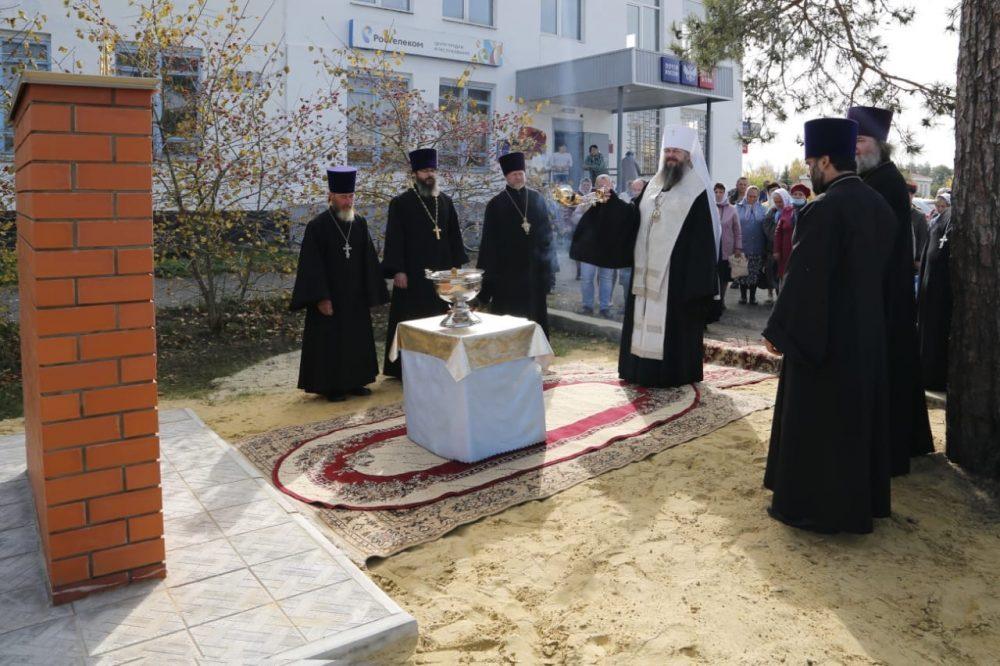 Митрополит Серафим освятил памятник расстрелянным священнослужителям Сосновоборского района