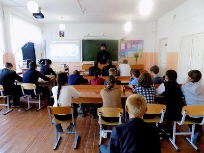 Священнослужитель рассказал школьникам о празднике Покрова Пресвятой Богородицы