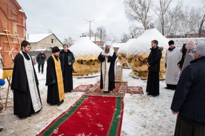 Митрополит Серафим освятил кресты и купола строящегося Никольского храма в р.п. Шемышейка