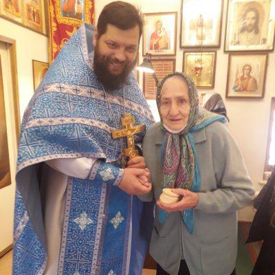 Настоятель храма во имя Архангела Михаила села Вирга поздравил с 90-летием старейшую прихожанку Александру Гусаковскую
