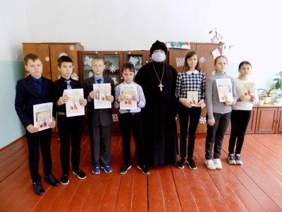 Священнослужитель рассказал учащимся школы села Степановка о святителе и чудотворце Николае