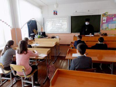 Священнослужитель рассказал школьникам о празднике Сретения Господа Бога и Спаса нашего Иисуса Христа