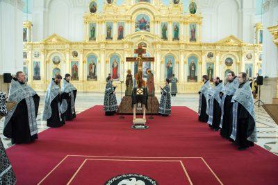 Митрополит Серафим совершил утреню с чтением 12-ти Евангелий Страстей Христовых в Спасском кафедральном соборе