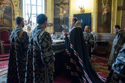В канун среды Страстной седмицы митрополит Серафим молился за уставным богослужением в Успенском кафедральном соборе