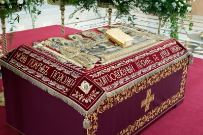 В Великий Пяток митрополит Серафим совершил вечерню с выносом Плащаницы Спасителя