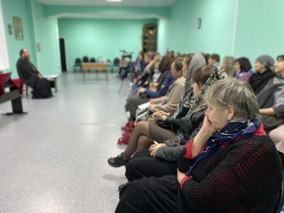 В рамках дискуссионного клуба в Епархиальном Духовно-просветительском центре прошла встреча со священником