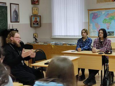 Священник встретился со студентами колледжа ПКИТ