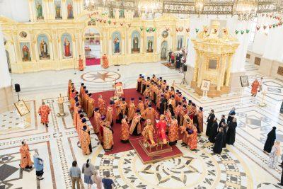 Митрополит Серафим и епископ Митрофан совершили вечерню Пасхальным чином в Спасском кафедральном соборе