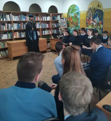 Священнослужитель рассказал учащимся старших классов о святых равноапостольных Мефодии и Кирилле