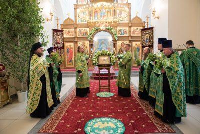 В канун праздника Троицы митрополит Серафим совершил всенощное бдение в Троицком соборе Троицкого женского монастыря