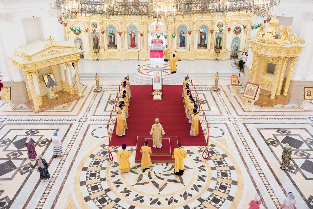 В день памяти святого равноапостольного князя Владимира и Крещения Руси митрополит Серафим совершил литургию в Спасском кафедральном соборе
