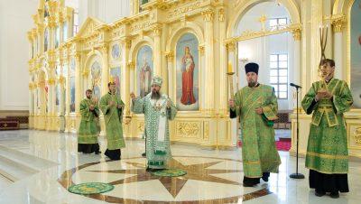 В канун обретения мощей преподобного Сергия Радонежского митрополит Серафим совершил всенощное бдение в Спасском кафедральном соборе