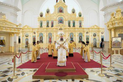 В Неделю 7-ю по Пятидесятнице митрополит Серафим совершил литургию в Спасском кафедральном соборе