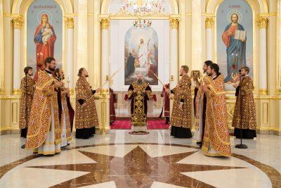 В день престольного праздника митрополит Серафим совершил литургию в Спасском кафедральном соборе