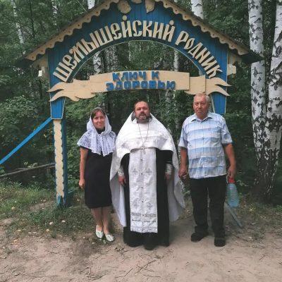 Священник Александр Рысин освятил мед нового урожая на Верхнеполянских родниках в Шемышейке