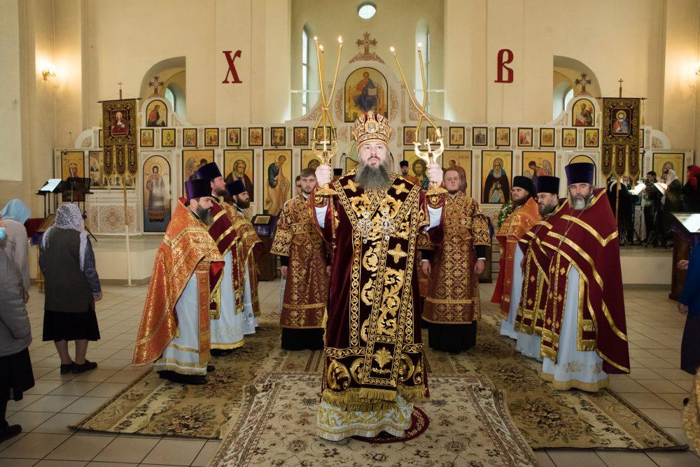 В праздник Воздвижения Креста Господня митрополит Серафим совершил литургию в Петропавловском храме Пензы
