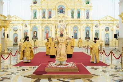 В Неделю 15-ю по Пятидесятнице митрополит Серафим совершил литургию в Спасском кафедральном соборе