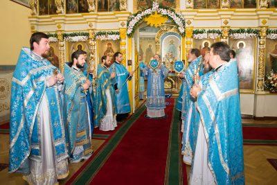 В престольный праздник митрополит Серафим совершил литургию в Покровском архиерейском соборе